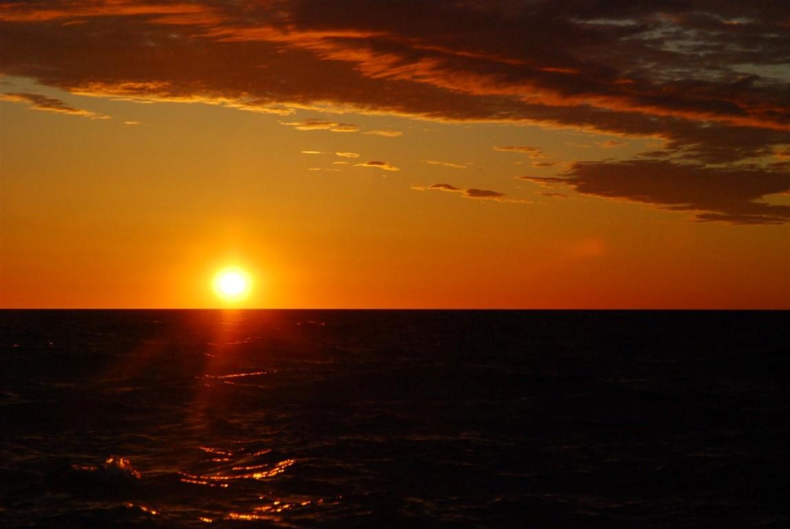 Auringonnousu selkämerellä.