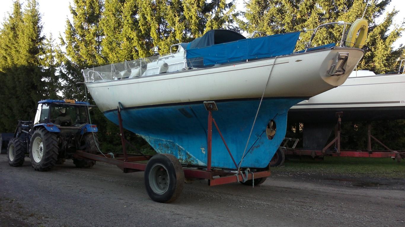 Veneen nosto syksyllä 2011. Pohjassa vielä vanhat pehmeät myrkyt.