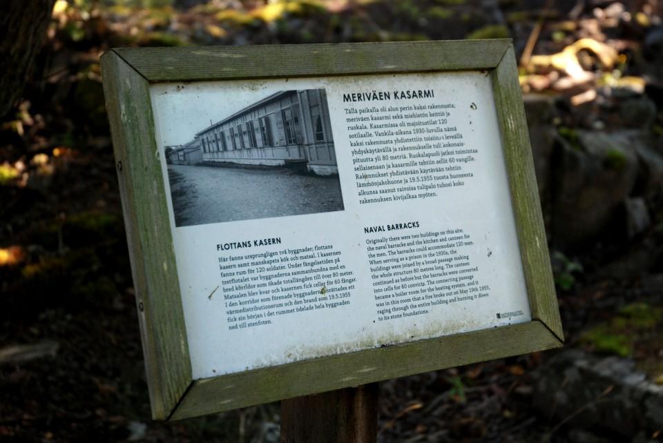 Informatiivisia ja mielenkiintoisia opastauluja, jotka kertovat saaren historiasta. Osa rakennuksista on kunnostettu, osasta on jäljellä ainoastaan kivijalka.