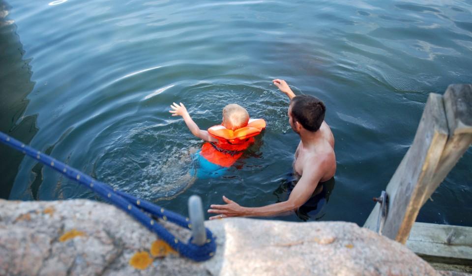 Olisikohan tämä päivän viimeinen uinti? Aurinko lämmitti uimarin nopeasti ja palautti värin huuliin.