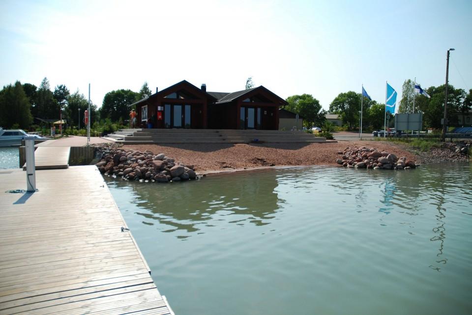 Norrbyn uudenkarhea huoltorakennus sijaitsee rannan tuntumassa.