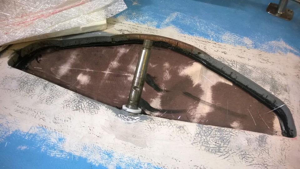Kanteen on jouduttu sahaamaan julman kokoinen aukko ruorikoneistoa varten. Tiivistemassalla ja ruuveilla kiinnitetyn levyn päälle oli helppo lähteä laminoimaan reikää umpeen.